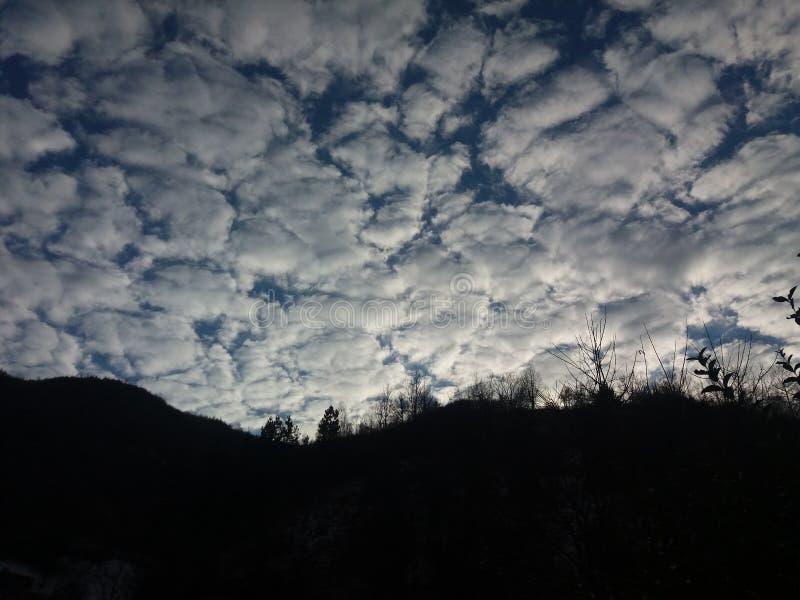 Wolken in den Teilen lizenzfreie stockbilder