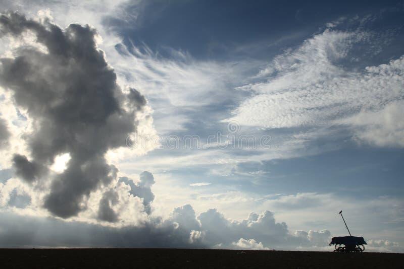 Wolken in der Dämmerung stockfotografie