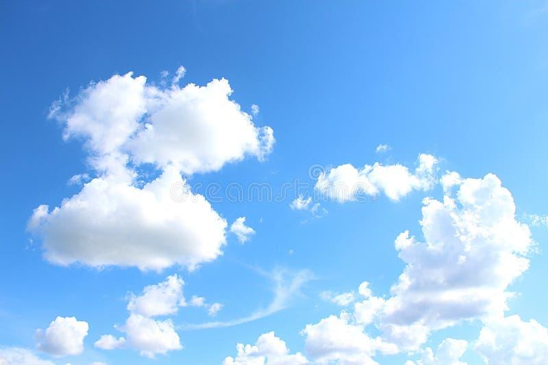 Wolken des blauen Himmels stockfotos