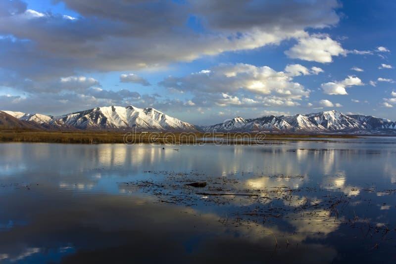 Wolken, die über Utah See nachdenken stockfotos
