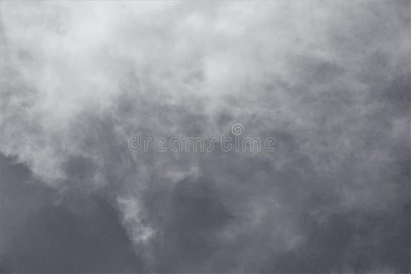 Wolken, die auf vom Hoch absteigen lizenzfreie stockfotos