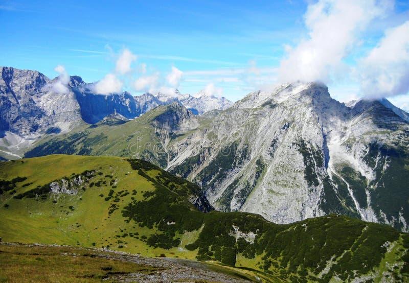 Wolken, die Bergspitzen in den Alpen berühren stockbild