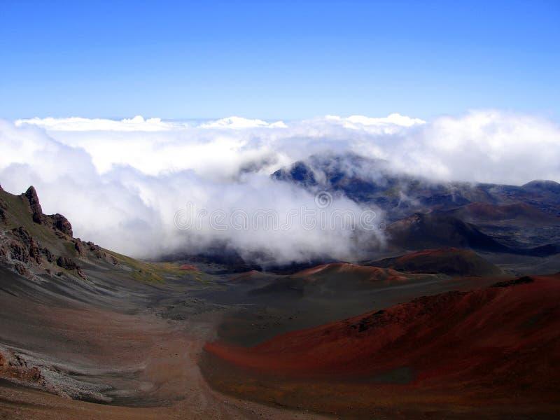 Wolken die in Haleakala Krater, Hawaï rollen royalty-vrije stock fotografie