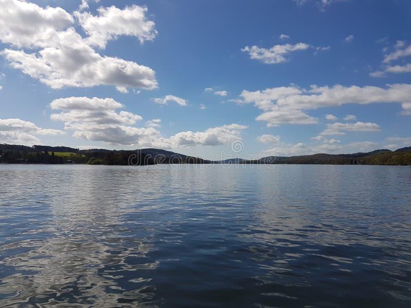 Wolken die het water overdenken stock fotografie