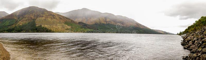 Wolken die hooglanden rond Loch het spectaculaire landschap van Lochty, Schotse Hooglanden behandelen royalty-vrije stock foto's