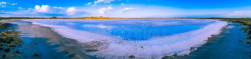 Wolken, die im Salz des Crosbie-Sees reflektieren lizenzfreie stockbilder
