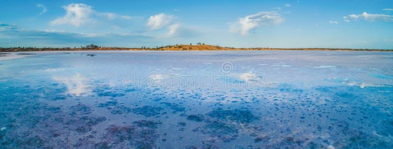Wolken, die im Salzsee reflektieren stockbilder