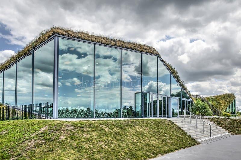 Wolken die in museumvoorgevel nadenken stock foto's