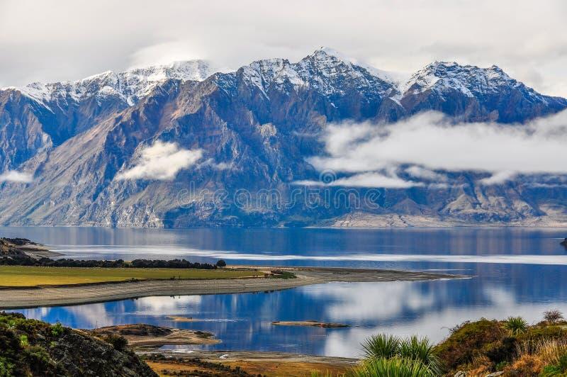 Wolken, die niedrig nahe Wanaka in den südlichen Seen, Neuseeland liegen lizenzfreie stockfotografie