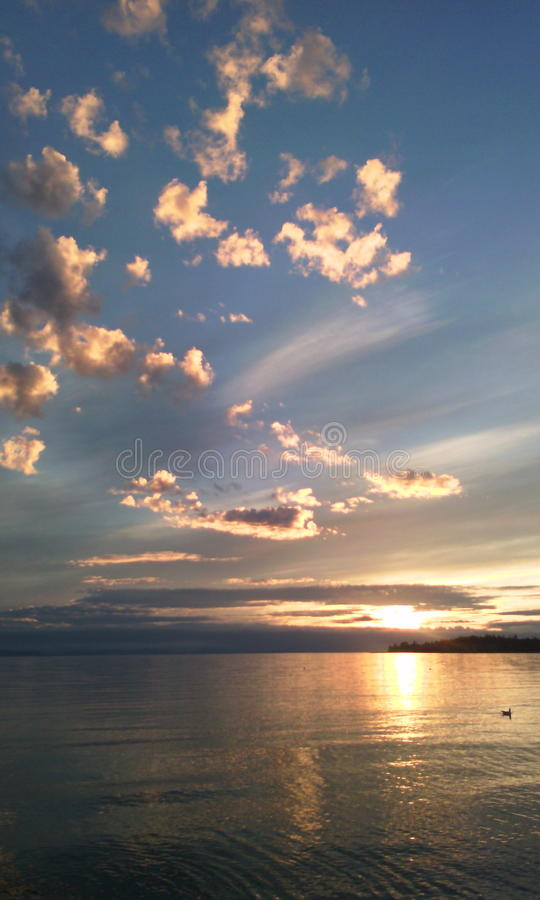 Wolken die op zonlicht wijzen stock fotografie