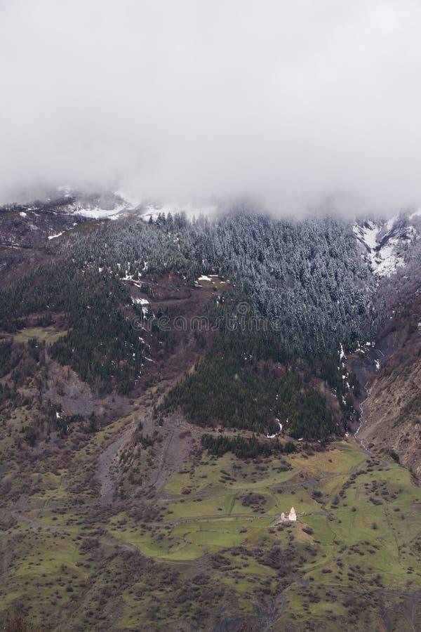 Wolken die over svanetian bergen toenemen stock fotografie