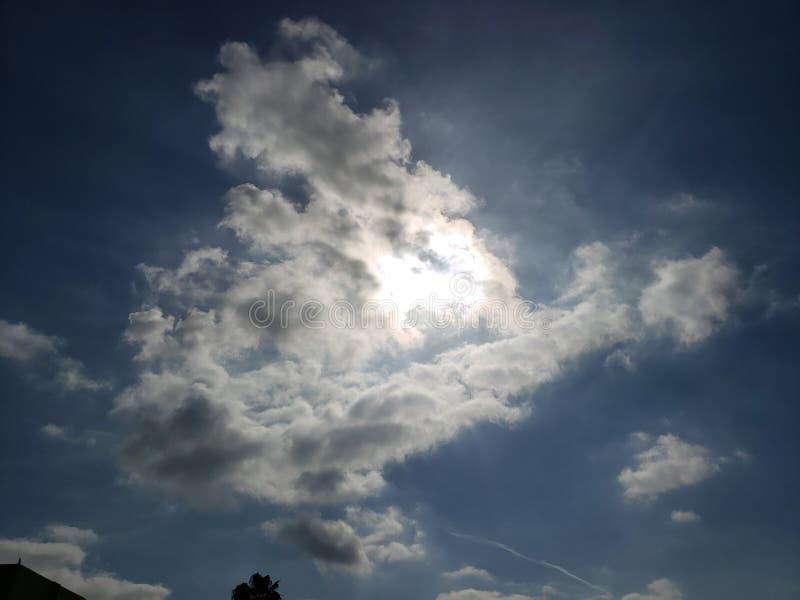Wolken, die Sonne bedecken stockfotos