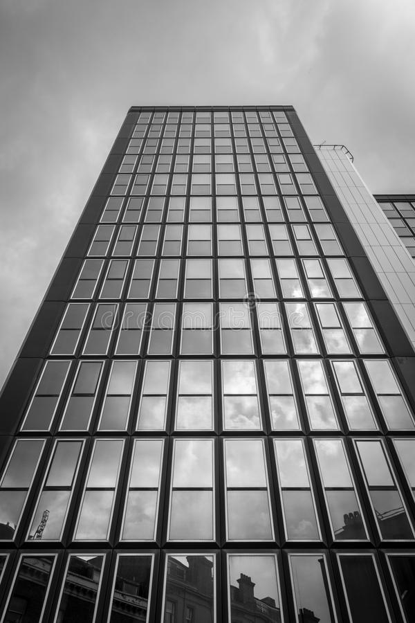 Wolken die in vensters nadenken royalty-vrije stock afbeeldingen