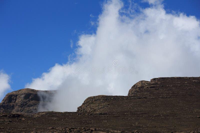 Wolken in Drakensbergen lizenzfreies stockfoto
