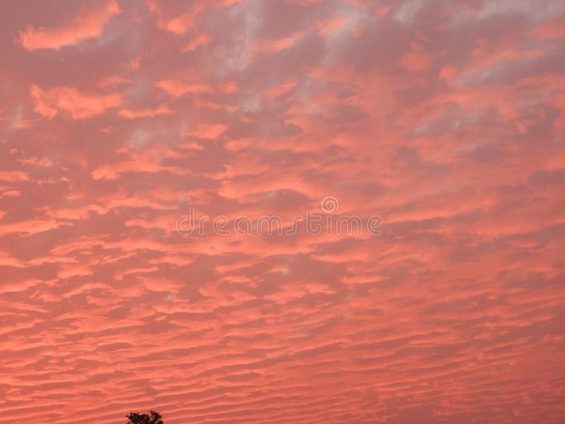 Wolken in een zonsondergang in avond royalty-vrije stock afbeeldingen