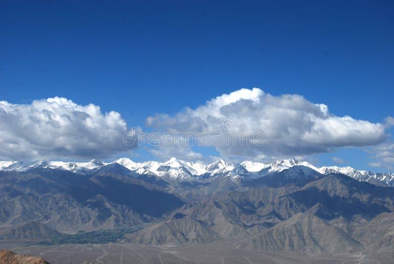 Wolken en berg royalty-vrije stock afbeelding