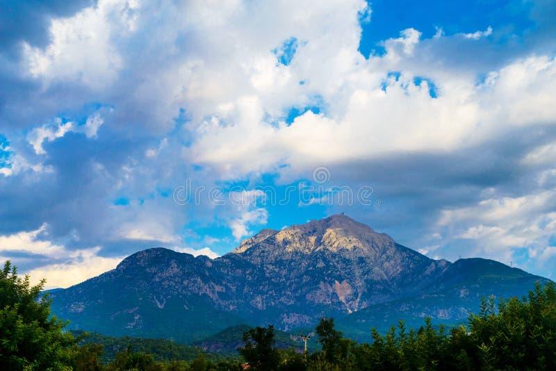 Wolken en bergen stock afbeelding