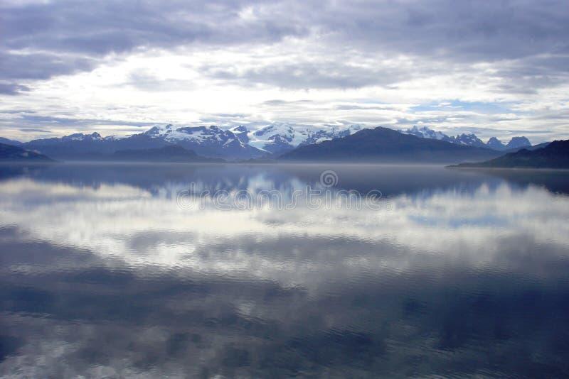 Wolken en bergen in Patagonië stock foto's