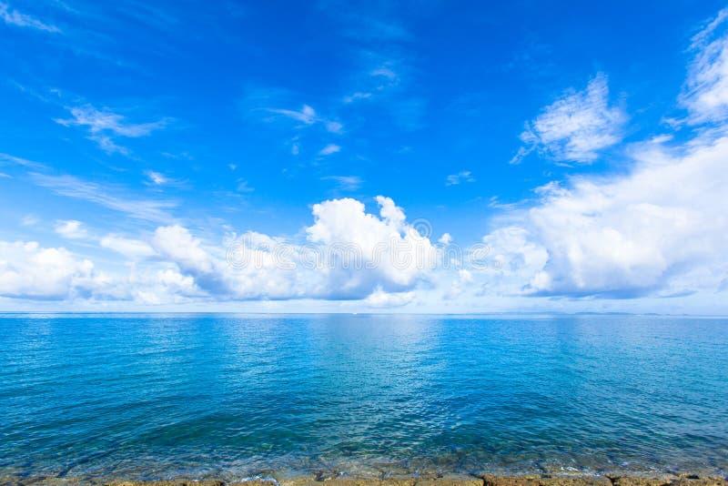 Wolken en blauw oceaan, tropisch eiland royalty-vrije stock afbeelding