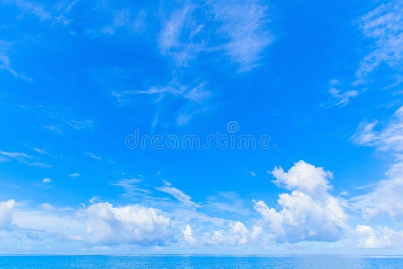Wolken en blauw oceaan, tropisch eiland royalty-vrije stock foto's