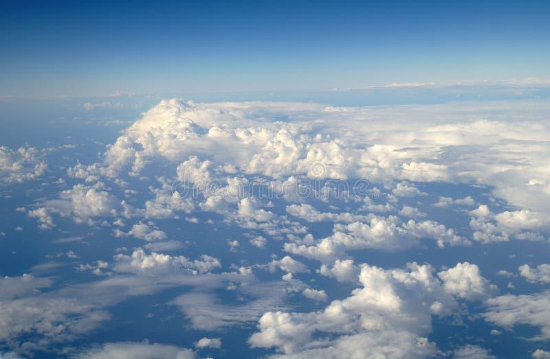 Wolken en blauwe hemel stock fotografie