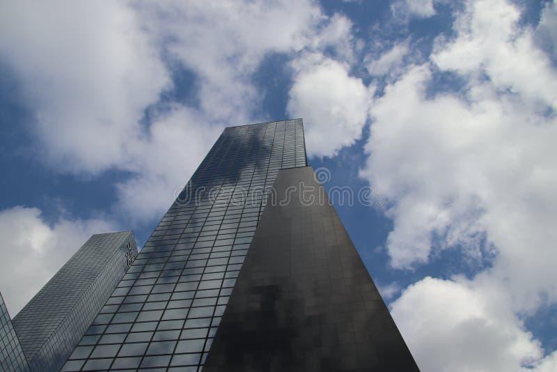 Wolken en blauwe hemel die in de spiegelvensters nadenken van skyscrater Delftse Poort in Rotterdam in Nederland stock afbeeldingen