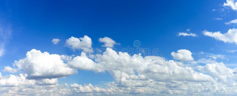 Wolken en Blauwe Hemel in zonnige dag voor Achtergrond stock afbeeldingen