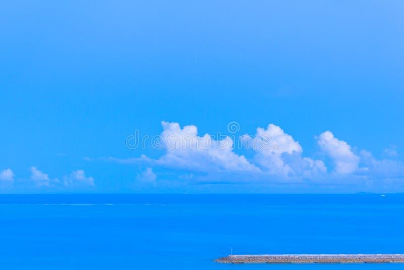 Wolken en blauwe oceaan stock foto