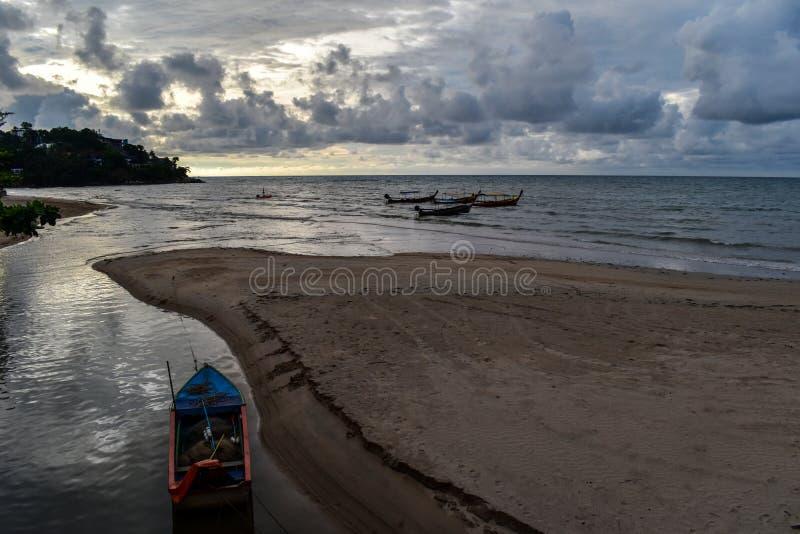 Wolken en boten in Kamala Beach, Phuket, Thailand stock afbeeldingen