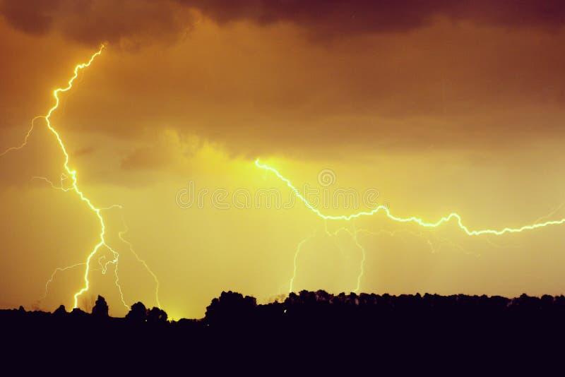 Wolken en donderbliksem en onweer op donkere bewolkte hemel stock afbeeldingen