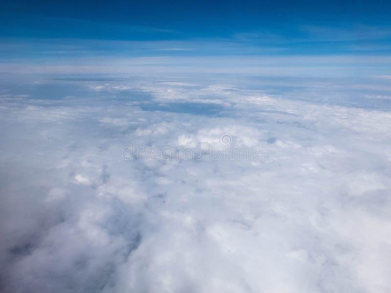 Wolken en duidelijke heldere blauwe hemel Satellietbeeld van vliegtuigilluminator stock afbeeldingen
