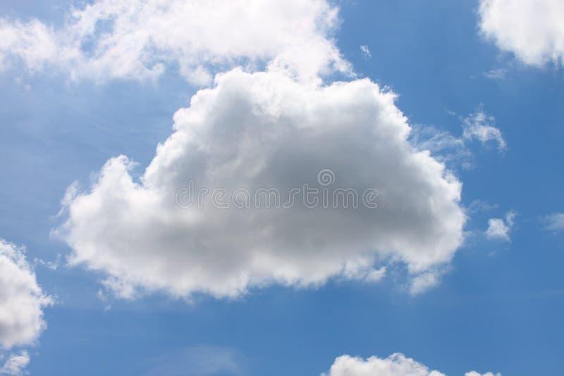 Wolken en heldere blauwe hemel stock afbeeldingen