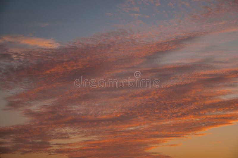 Wolken en hemel bij zonsondergang in een landbouwbedrijf stock afbeeldingen