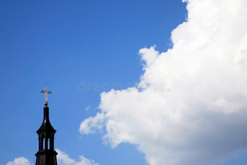 Wolken en kerk stock foto