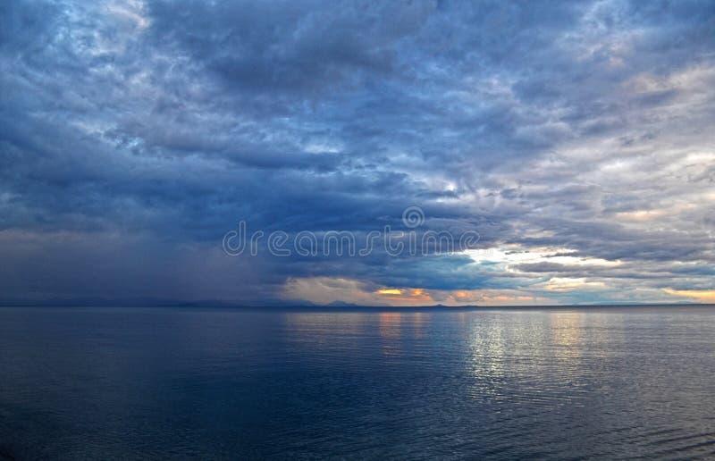 Wolken en overzees vóór onweer royalty-vrije stock fotografie