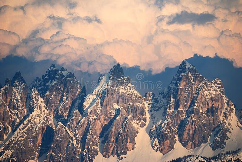 Wolken en pieken royalty-vrije stock foto's