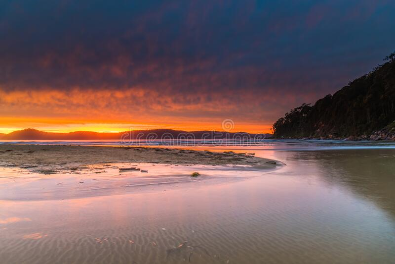 Wolken en 's ochtends vroeg licht bij het strand royalty-vrije stock foto