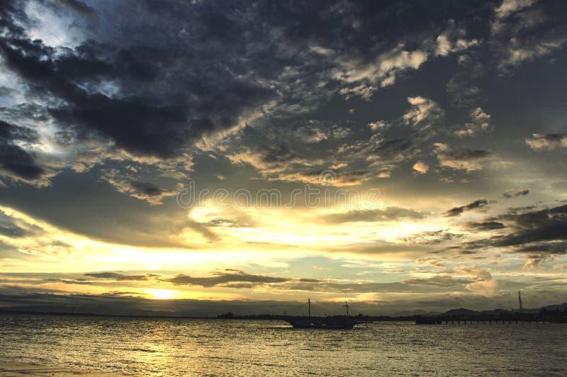 Wolken en sunsets op het strand stock foto's