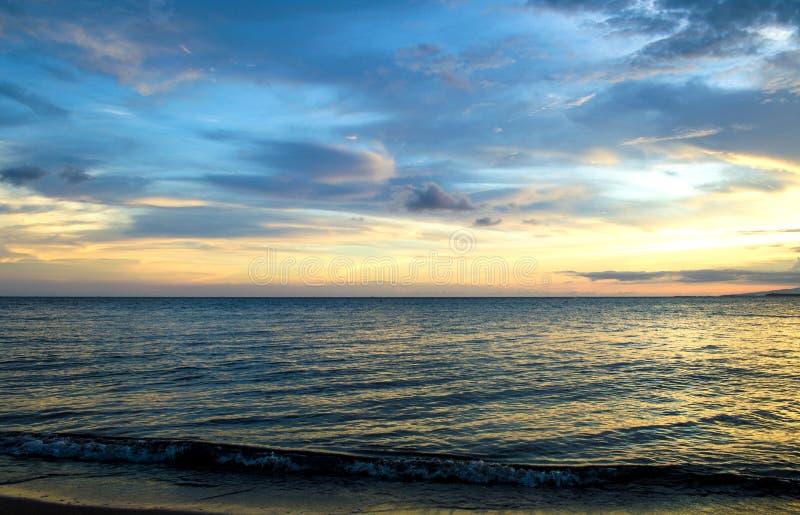Wolken en sunsets op het strand stock fotografie