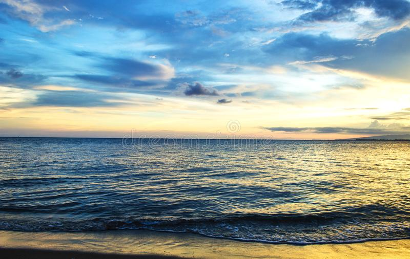 Wolken en sunsets op het strand royalty-vrije stock foto's