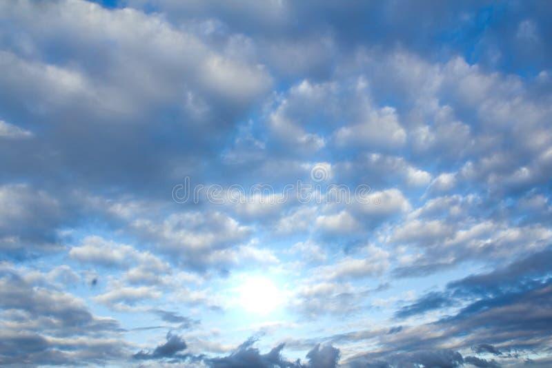 Wolken en zon stock afbeelding