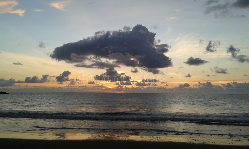 Wolken en zonsondergang bij Costa Ricas-strand royalty-vrije stock afbeeldingen