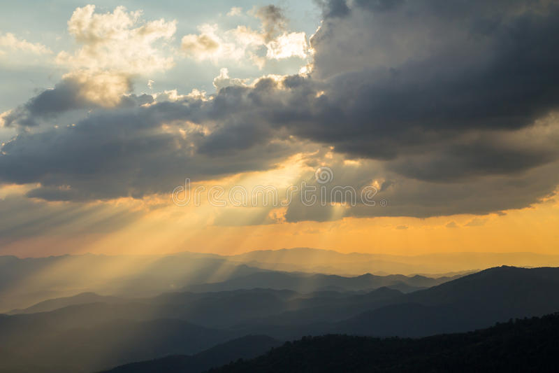 Wolken en zonstraal op blauwe hemel stock afbeelding