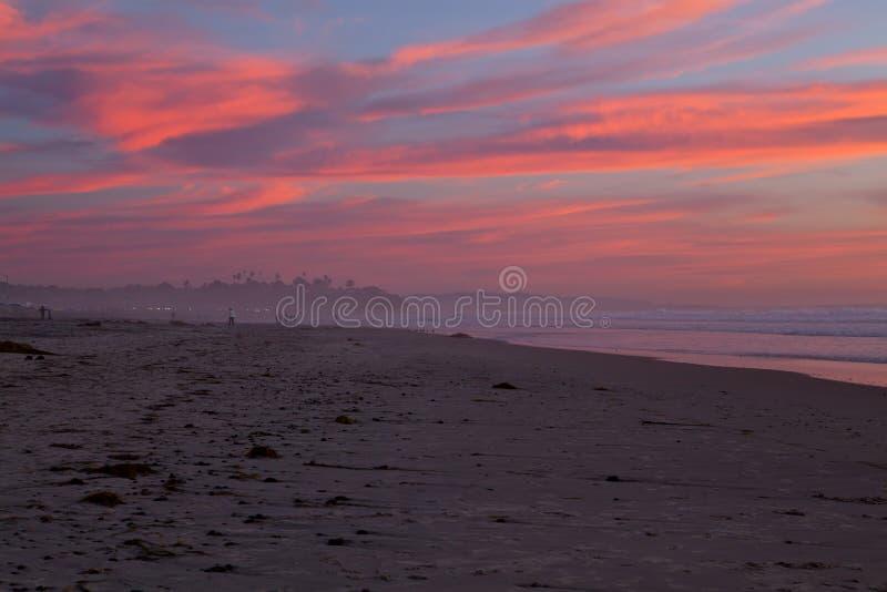 Wolken in Flammen Sonnenuntergang in San Diego setzen, CA auf den Strand stockfotos