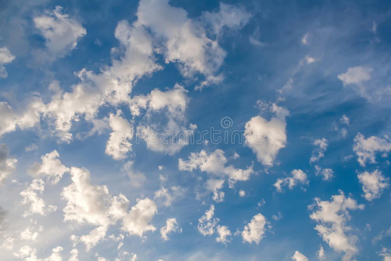 Wolken in Form von seltsamen Formen auf einem blauen Himmel lizenzfreie stockfotos