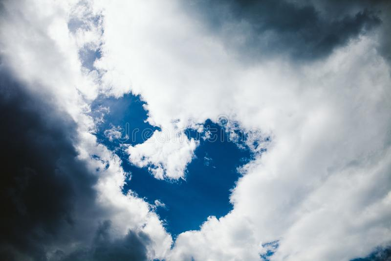 Wolken formten als Herz, an einem schönen Spätsommertag in Rumänien lizenzfreie stockfotos