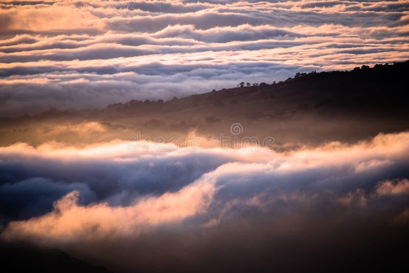 Wolken gebadet in der Sonnenunterganglichtbedeckung Rolling Hills, Süd-San Francisco Bay Bereich, Kalifornien lizenzfreie stockfotografie