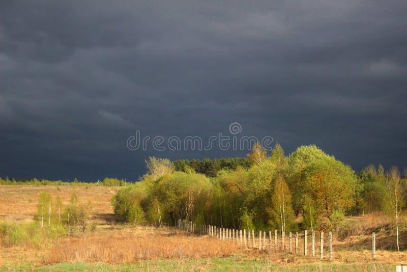 Wolken hangen vor dem Sturm am Himmel stockfoto