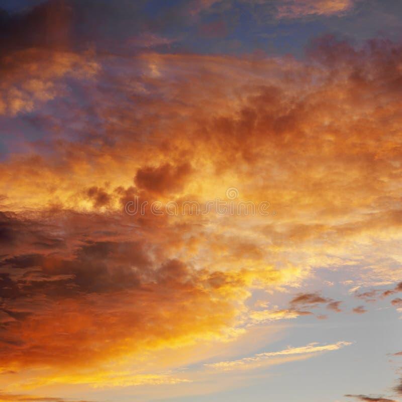 Wolken in hemel met zonsondergang. royalty-vrije stock foto's