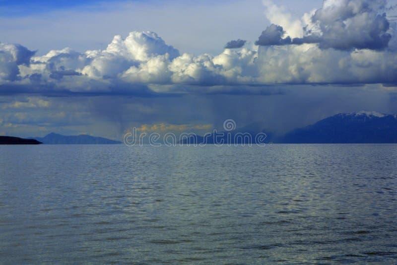 Wolken, hemel, water, en bergen stock afbeeldingen